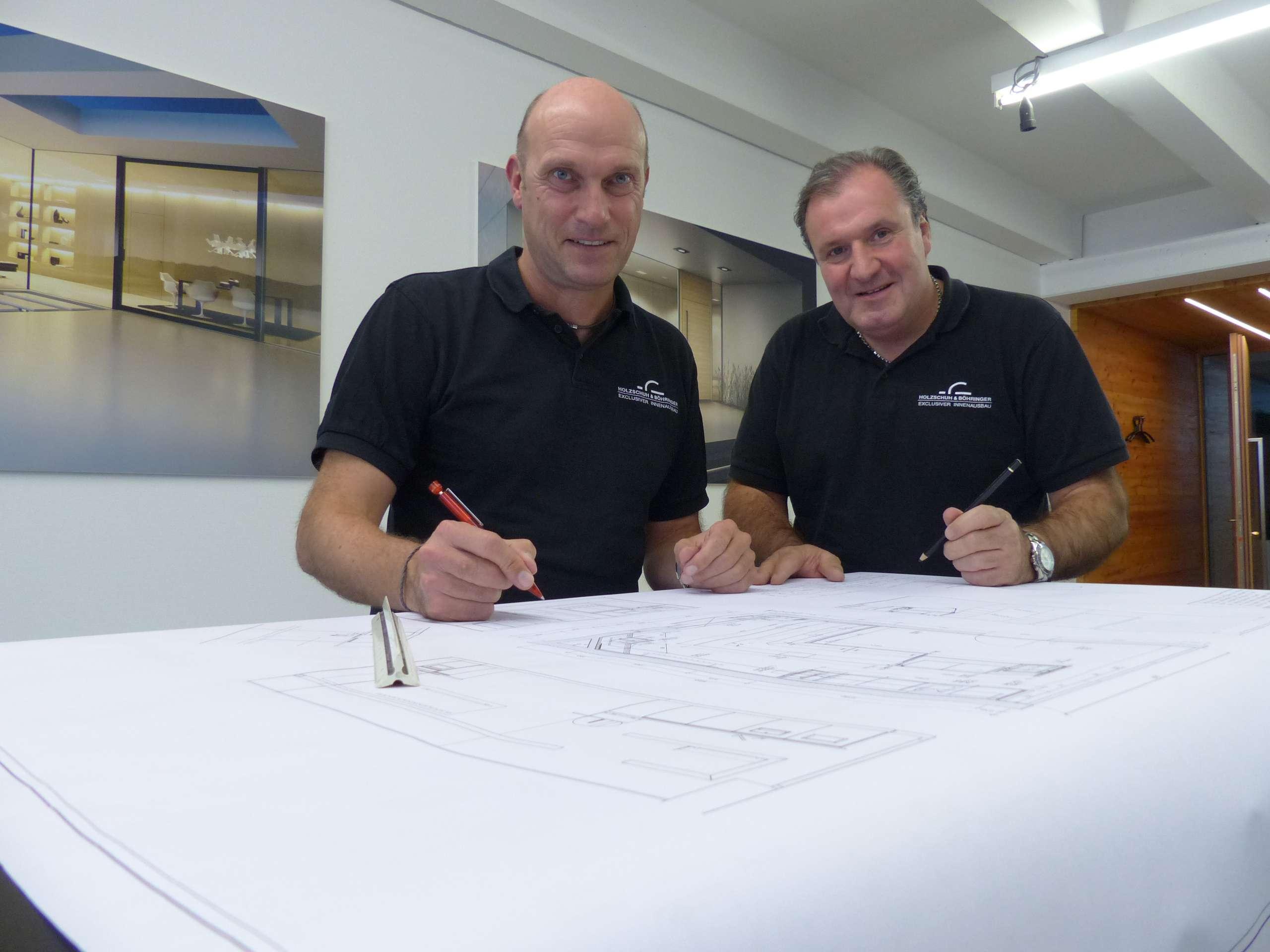 Markus Holzschuh und Peter Böhringer bei der Planung eines Möbels in ihrem Büro in der Schreinerei in Fellbach bei Stuttgart.