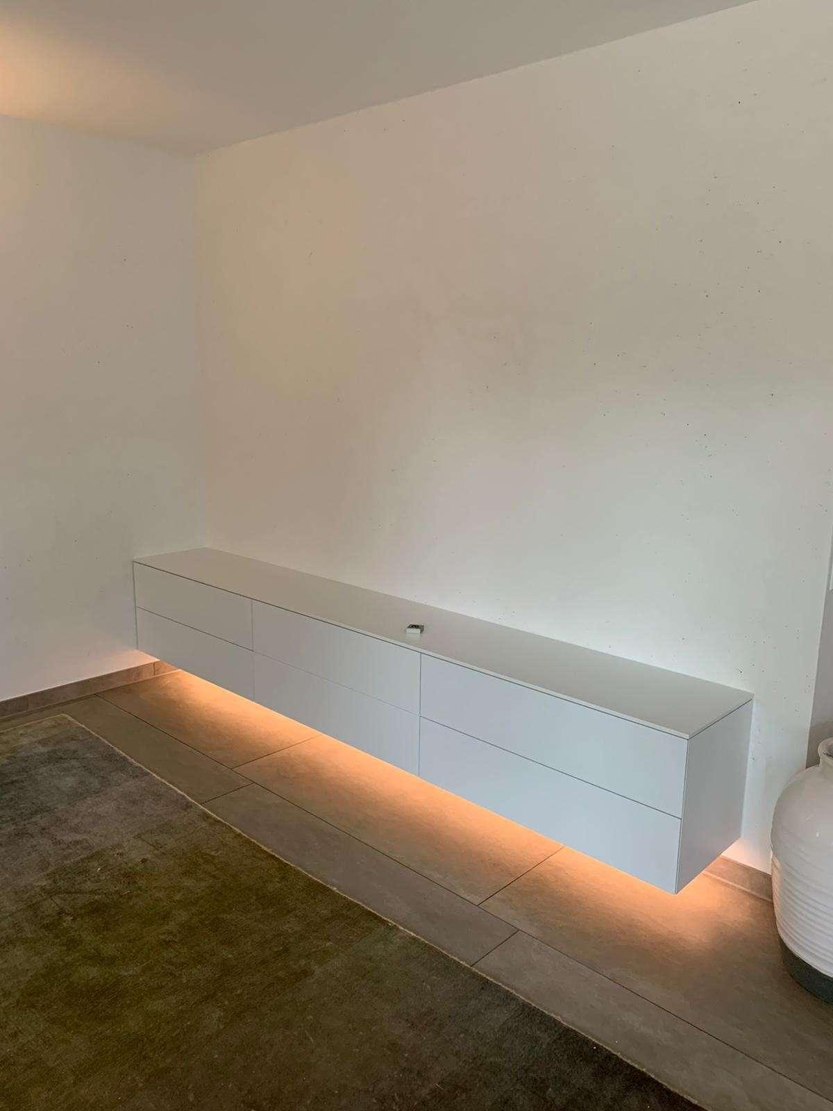 Fernsehmöbel Sideboard freischwebend mit indirektem Lichtband unter im Möbel. Beleuchtet des Boden.